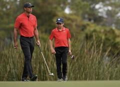ウッズがゴルフコースに姿を見せる 松葉杖はなしのイメージ画像