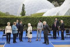 G7首脳の中でぽつん 菅首相の「ディスタンス」に批判と同情のイメージ画像