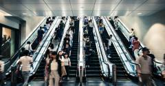 エスカレーターでの「歩行が禁止」? 埼玉県の条例化を受け、地元への導入の賛否は真っ二つにのイメージ画像