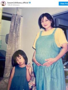 """「お母様もお美しい」石川佳純、""""母の日""""投稿で幼少期のツーショット披露のイメージ画像"""