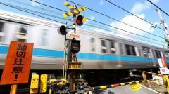 歩いて踏切越え線路内にしゃがみ込む、列車にはねられ会社員女性死亡