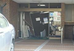 内科医院に車が突入、運転男性「アクセルとブレーキ踏み間違えた」北九州のイメージ画像