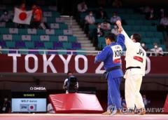 ウルフの手を掲げた柔道銀・趙グハムに「マナーまで輝いた試合」 文大統領のイメージ画像