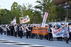 東京五輪中止デモ「殺人五輪」「今すぐ止めろ!」「バッハはぼったくりだ!」「医療が優先、生活、命を守れ!」「中止だ中止」陸上テストイベント中の国立競技場周辺でのイメージ画像