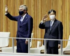 天皇陛下がバッハ会長と競技場に入場、行進する選手団に拍手送るのイメージ画像