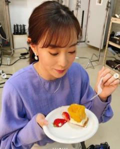 """""""綺麗で可愛い""""石川佳純、美味しそうにケーキを頬張るオフショット披露のイメージ画像"""