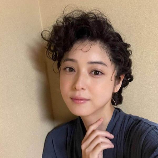 佐々木希、くるくるパーマの新髪型に賛否の声「昭和美人風」「似合ってない」