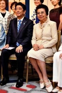 安倍前首相が母・洋子さんと散歩 妻・昭恵さんはなぜいない?のイメージ画像