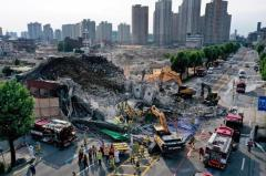 韓国で解体作業中の5階建てビル崩壊、停留所のバス下敷きで9人死亡のイメージ画像