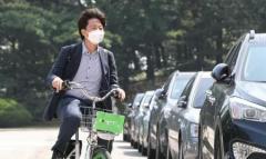 36歳の韓国最大野党代表、自転車シェアリングで颯爽と通勤も…市民から疑問の声「ノーヘルが許されるのは、なぜ?」のイメージ画像