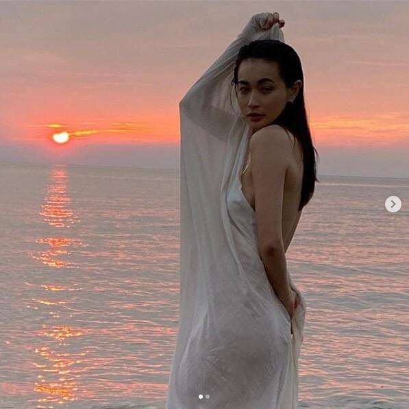 長谷川京子、透けて見えそうなシーツに包まれた全裸写真に騒然