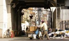 日本人、「他人にやさしくない」うえに「貧乏」になってきていた…!のイメージ画像