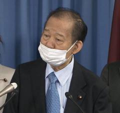 二階幹事長「鼻出しマスク」で会見 ネット一斉ツッコミ「失格」「受験生ダメなのに」のイメージ画像
