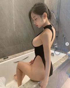 美女シン・ジェウンが浴槽で見せた美スタイルにうっとり…水着のような大胆衣装が話題!のイメージ画像