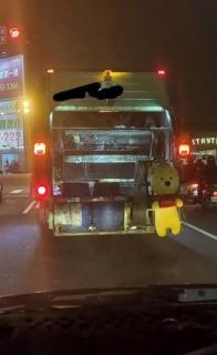 ゴミとして捨てられていた「くまのプーさん」 清掃員が気に入ったため車に飾られるのイメージ画像
