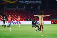 試合の14時間前にスタジアム入り EL準々決勝に乱入した全裸男の努力に感心のイメージ画像
