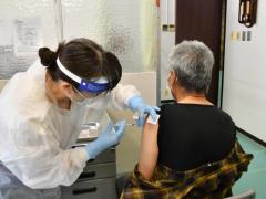 東京都多摩市 職員約800人中、300人超がコロナワクチン 住民に先んじて優先接種「多すぎる」専門家も疑問視