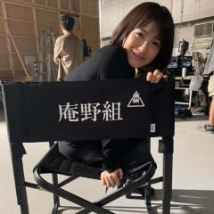 """浜辺美波、""""庵野組""""の椅子で笑顔ショットが反響「かわいすぎる」「振り向き美人」"""