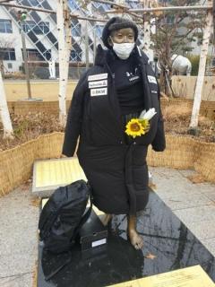 「少女像」に日本製ダウンコート着せた男性、「精神疾患患者」と判明し告訴取り下げへ=韓国