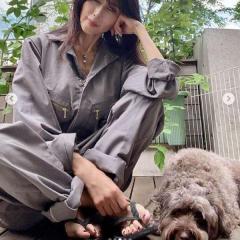 工藤静香、庭作業に取り組むつなぎ姿に批判殺到「ビーサンでするの?」のイメージ画像