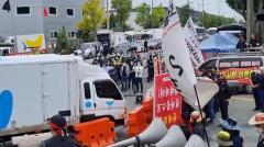 民労総の組合員数十人、韓国大手ベーカリー・チェーンの配送トラックの通行を阻んで運転手を集団暴行のイメージ画像