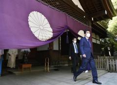 安倍前首相が靖国神社を参拝 菅首相は真榊奉納のイメージ画像