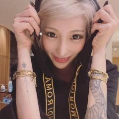 加藤紗里、両腕タトゥーを堂々アピールに批判殺到「本当にダサい」「センスない」のイメージ画像