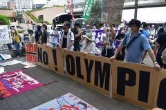 都庁前で聖火リレーの到着式 「五輪反対、聖火はいらない」と抗議のデモものイメージ画像
