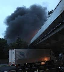 皇居近くでトレーラー炎上 首都高上、一帯に黒煙