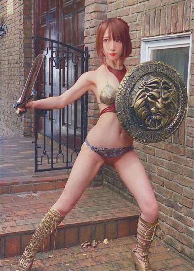 清水あいり、隙だらけの女戦士に! 現実離れしたビキニアーマー姿に「フィギュア感がすごい」と反響