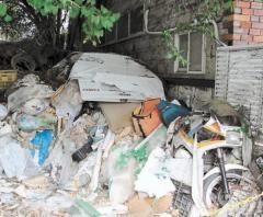 「ごみ屋敷」どうにかして 隣家の男性「条例制定を」のイメージ画像